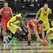 Oregon&#039;s Dominic Artis, right, strips the ball from Arizona&#039;s Nick Johnson, center, for one of his two steals