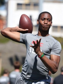 One of the recent commits for Oregon. Travis Waller is a top 10 quarterback
