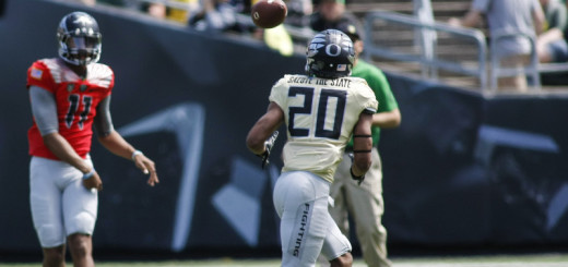 Tony Brooks-James catches a pass out of the backfield during the 2015 Oregon Ducks Spring Game.