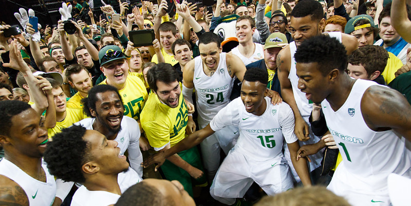 The Oregon basketball team start to dance in the middle of the crowd after the game. The Oregon Ducks play the Utah Utes at Matthew Knight Arena in Eugene, Oregon on February 22, 2015. (Ryan Kang/Emerald)